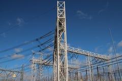 Линии электропередач на заводе распределения на пастбище Haag Wateringse вертепа в Нидерланд стоковое изображение rf