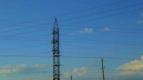 Линии электропередач против неба с облаками r акции видеоматериалы