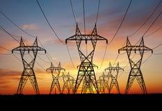 Линии электропередач строки на небе захода солнца стоковая фотография rf