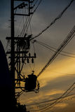 Линии электропередач в заходе солнца Стоковые Изображения RF
