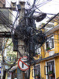 Линии электропередач в Катманду, улицы Thamel стоковые фото