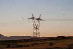 Линия башни силы в открытом поле Стоковые Изображения RF