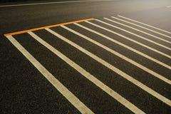 Линия белизна на текстуре черноты асфальта Стоковая Фотография