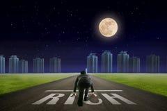 Линия бизнесмена БОГАТАЯ перед городом Взгляд ночи задний Concep стоковые изображения rf