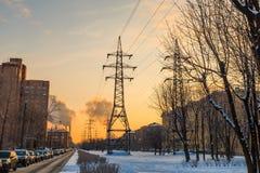 Линия высокого напряжения в городе Стоковая Фотография