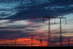 Линия высокого напряжения на заходе солнца Стоковая Фотография RF