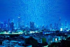 Линия вычислительной цепи на голубой предпосылке города ночи стоковое изображение