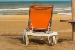 Линия горизонта с оранжевым lounger солнца на пляже золота Стоковые Изображения RF