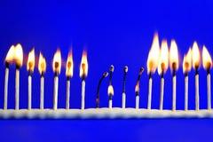 Линия 17 горящих спичек безопасности на сини Стоковое Изображение RF