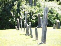 Линия головных камней в тягчайшем дворе Стоковые Фото