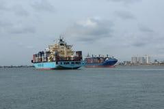 Линия грузовой корабль Maersk приезжает порт Нигерии пока выход Leto Монровии в a, типичный импорт & концепцию экспорта стоковые изображения rf