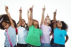 Линия девушек стоя при руки указывая вверх Стоковые Изображения
