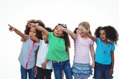 Линия девушек стоя при руки указывая вверх Стоковое фото RF