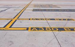 линия желтый цвет таксомотора стоянкы автомобилей Стоковые Изображения RF