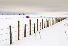 Линия загородки и красная зима амбара Стоковая Фотография