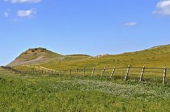 Линия загородки водя к buttes выгона земли ранчо Стоковые Изображения RF