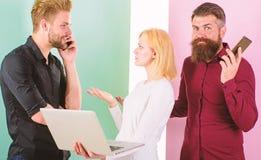Линия занятый Создаваться содержания работы маркетинга интернета команды Социальные средства массовой информации выходя команду в стоковая фотография rf