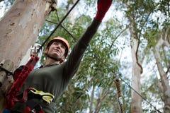 Линия застежка-молнии удерживания женщины Hiker в лесе стоковое фото
