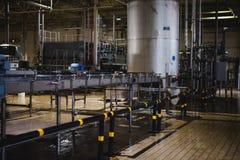 Линия изготовления пива Оборудование для поставленный разливать по бутылкам продукции законченных продуктов питания Metal структу стоковые изображения rf