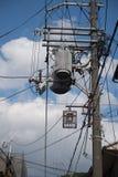 Линия и электричество Eletricity вывешивают кабель на поляке, предпосылке стоковое фото