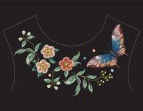 Линия картина шеи вышивки красочная этническая с цветками Стоковое Фото