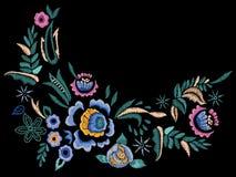 Линия картина шеи вышивки фольклорная с голубыми розами Стоковые Фото
