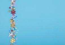 Линия красного, желтого и зеленого confetti сердца и круга на ГОЛУБОЙ предпосылке Стоковые Изображения RF