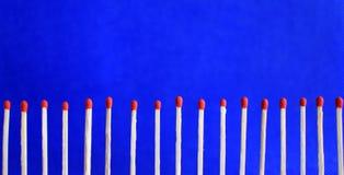 Линия 17 красных неиспользованных спичек безопасности Стоковые Фотографии RF