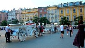 Линия лошад-нарисованных экипажей в Plac Mariacki, Кракове, Польше сток-видео