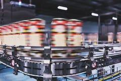 Линия машины напитков с пакетами стоковые фотографии rf