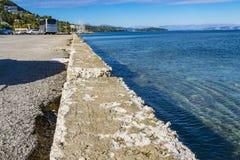 Линия между гудронированным шоссе и морем Стоковое Изображение RF