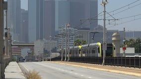 Линия метро серебряная идя за 1-ый мост улицы в городское ЛА акции видеоматериалы