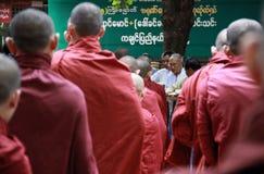 линия монахи myanmar Стоковые Изображения