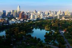 Линия неба Бангкока с парком перед заходом солнца, Бангкоком, Таиландом Стоковое Изображение RF
