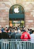 Линия новый компьютер магазина Яблока ждать телефона Стоковые Фотографии RF
