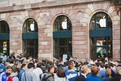 Линия новый компьютер магазина Яблока ждать телефона Стоковые Изображения RF