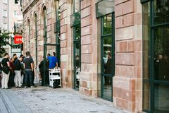 Линия новый компьютер магазина Яблока ждать телефона Стоковые Изображения