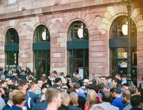Линия новый компьютер магазина Яблока ждать телефона Стоковая Фотография RF