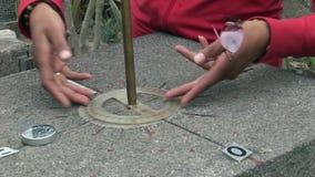 Линия ориентир ориентир экватора камня с индикаторами востока севера компаса южного западного видеоматериал