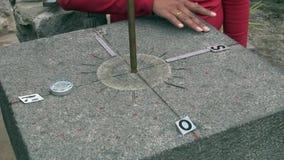 Линия ориентир ориентир экватора камня с индикаторами востока севера компаса южного западного акции видеоматериалы