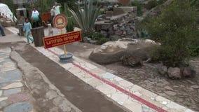 Линия ориентир ориентир экватора камня с индикаторами востока севера компаса южного западного сток-видео