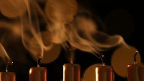 Линия освещать золотые свечи надутые вне видеоматериал