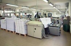 линия отделки printshop давления столба стоковые фото