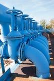 Линия от голубых запорных заслонок кислорода с трубами Стоковое Изображение