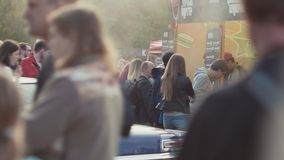 Линия очереди к стойке фаст-фуда бургера на толпить фестивале парка города внешнем сток-видео