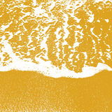 Линия пена текстуры берега моря воды над чистым песком Стоковое Изображение RF
