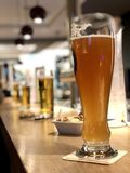 Линия пива на счетчике бара стоковые изображения rf