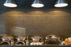 Линия пищевые контейнеры шведского стола Стоковая Фотография RF