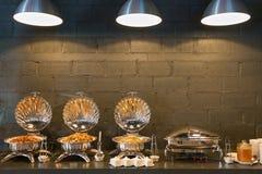 Линия пищевые контейнеры шведского стола Стоковое Изображение RF
