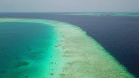 Линия побережья океана с водой песка и бирюзы сток-видео